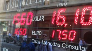 El dólar cerró con un precio récord de $16,10 para la venta.