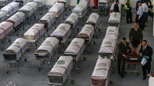 Los ataúdes de las víctimas fueron cubiertos por una bandera blanca y un escudo de Chapecoense.