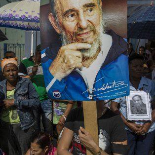 Honores. Pese al agobiante calor, los cubanos aguardaron el paso del convoy.
