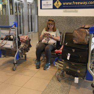 Los pasajeros aguardan la salida de los vuelos que se retrasan por los desperfectos del remolcador de aviones.
