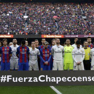 Conmovidos, los jugadores se juntaron en un gesto inusual para un sentido homenaje al equipo brasileño.