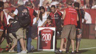 Maxi Rodríguez fue homenajeado en la previa del partido ante Banfield.
