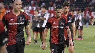 Matos, Maxi Rodríguez e Isnaldo se retiran del campo de juego tras la caída ante Banfield.