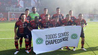 El plantel de Newells posa con la bandera que reza Todos somos Chapecoense.