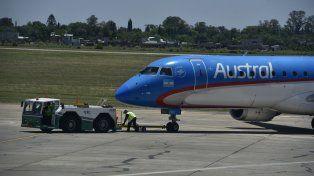 Enganchado. Los aviones que salen y llegan a Rosario son remolcados por un tractor para que no se dañen por las fallas en las calles de rodaje.