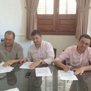 Las actas. El secretario General del Sindicato de Rosario y los secretarios de Gobierno y Hacienda rubricaron ayer el acuerdo en Santa Fe.
