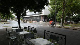 A la espera de clientes. Las mesas de uno de los bares que abrió en el barrio ya aguarda a sus comensales. Atrás, la obra del Centro de Justicia Penal cambia la impronta del sector.