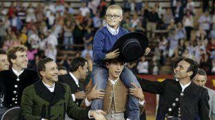 Una alegría. Adrián es llevado en andas durante una corrida benéfica que se hizo en octubre.