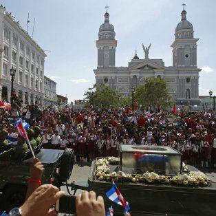 Las cenizas de Fidel Castro atravesaron Cuba y ayer llegaron a su destino final, Santiago, cuna de la revolución, donde una multitud fervorosa le ofreció el último homenaje antes de su entierro hoy.