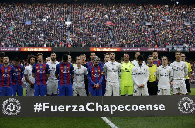 Sentido respeto. Los jugadores de Barcelona y Real Madrid se mezclaron en el minuto de silencio antes del encuentro.