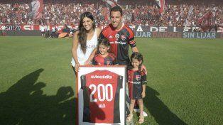 En familia. Maxi posa con la casaca número 200 junto a su esposa Gabriela, e hijas, Alma y Aitana.