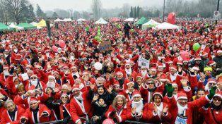 Unos 18 mil Papá Noel participaron de una carrera para ayudar a un hospital infantil