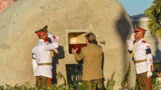 Sin público. El presidente Raúl Castro deposita la urna de su hermano en la cripta de roca del camposanto Santa Ifigenia de Santiago de Cuba.