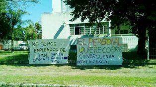 protesta. Los trabajadores expresaron su descontento a través de la exposición de carteles en el perímetro del nosocomio pellegrinense.