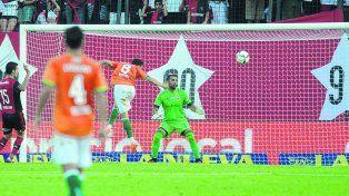 Inevitable. Pocrnjic sufre el primer gol de Bertolo. El arquero fue infiltrado en el entretiempo ante Banfield.
