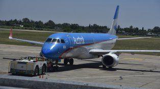 Carlos Rinzelli, piloto de Austral, grabó un video en el que exhibe el estado de la zona de rodamiento del aeropuerto de Fisherton.