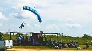 Murió al no poder controlar la velocidad de su paracaídas durante él aterrizaje