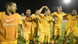 El festejo de los jugadores canallas tras vencer a Belgrano en la semifinal de la Copa Argentina.