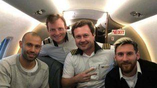 vivir para contarla. Javier Mascherano y Lionel Messi con los pilotos de Lamia, el 11 de noviembre último, cuando volaron desde Belo Horizonte.