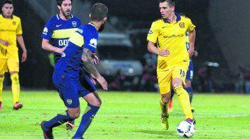 La tiene atada. Lo Celso encara a Peruzzi mientras Pablo Pérez mira. Central mostró carácter contra Boca.