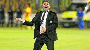Enérgico.Coudet da indicaciones en el partidoante Belgrano.El Chacho vapor otro triunfo, que de darseno será uno más.