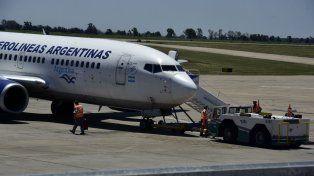 Con ayuda. Desde hace varios días los aviones son remolcados para evitar que con el empuje de las turbinas sigan deteriorando las calles de rodaje.