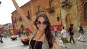 Larissa, la joven cantante paraguaya que no se separa de Julio Iglesias