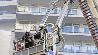 Los bomberos debieron socorrer a algunos vecinos con grúas que no llegaban hasta lo más alto del edificio.