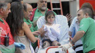 Una niña es asistida por los paramédicos luego del traumático momento.
