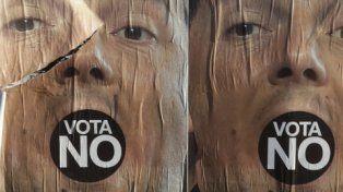 no. Afiche de Renzi intervenido por los adversarios del referéndum..