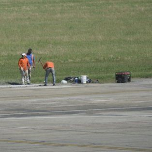 contrarreloj. Ayer comenzaron los trabajos de reparación en una de las calles que utilizan los aviones para llegar a la pista.
