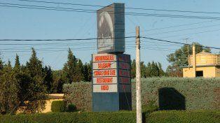 El motel La Luna está ubicado en el kilómetro 4 de la ruta nacional 34, en el límite entre Rosario e Ibarlucea.