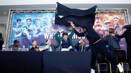 Presentación de una pelea termina en escándalo cuando uno de los boxeadores le tiró una mesa a su rival