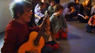 Luis Alberto Spineta cantó Muchacha (ojos de papel) en un jardín de infantes y quedó grabado para la posteridad.