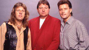 Greg Lake (centro) junto a los otros integrantes de la bandaCarl Palmer y Keith Emerson.