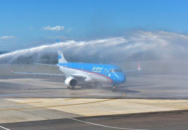 Con el tradicional bautismo de bienvenida, despegó el vuelo inaugural entre Rosario y Punta del Este