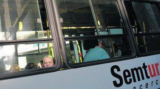 El ómnibus pertenece a la empresa Semtur.