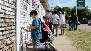 Pintando. Los chicos y el arte urbano, en la esquina de España y Piedras.
