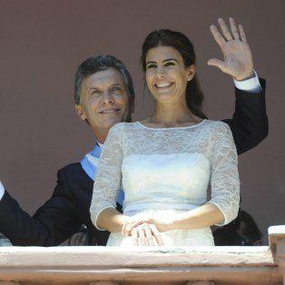 Pareja. Mauricio Macri y su esposa, Juliana Awada, salen al balcón de la Rosada el 10 de diciembre de 2015, día de la asunción presidencial.