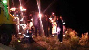 Fatal. Los bomberos hallaron a la mamá a 25 metros de su auto.