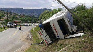 Volcado. Así quedó el vehículo que transportaba un total de 46 alumnos desde Tanti hasta la villa cordobesa.