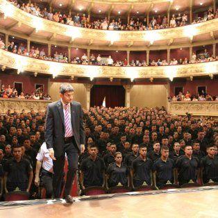 Al frente. El ministro Pullaro sube al escenario para presidir el acto.
