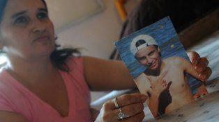 Dolor. La mamá de Colli y una foto de su hijo asesinado por viejos rencores.
