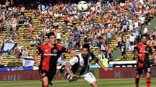 Joel Amoroso, el autor del empate leproso, lucha con Gandolfi por la posesión de la pelota.
