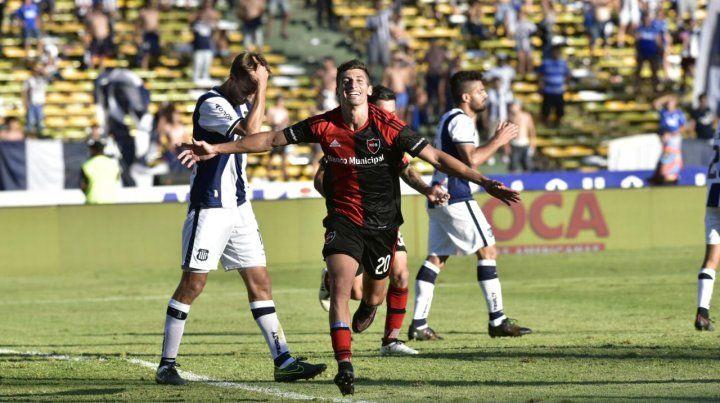 El rostro de Joel Amoroso lo dice todo. Es el festejo por el empate. Es su primer gol con la camiseta de Newells.