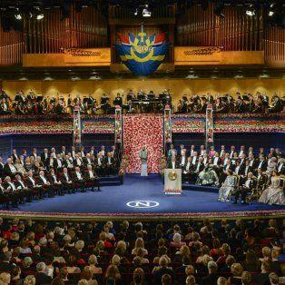 Fina ceremonia. El rey Carlos XVI Gustavo de Suecia y su familia presiden en el escenario, que también muestra a los laureados y al jurado.
