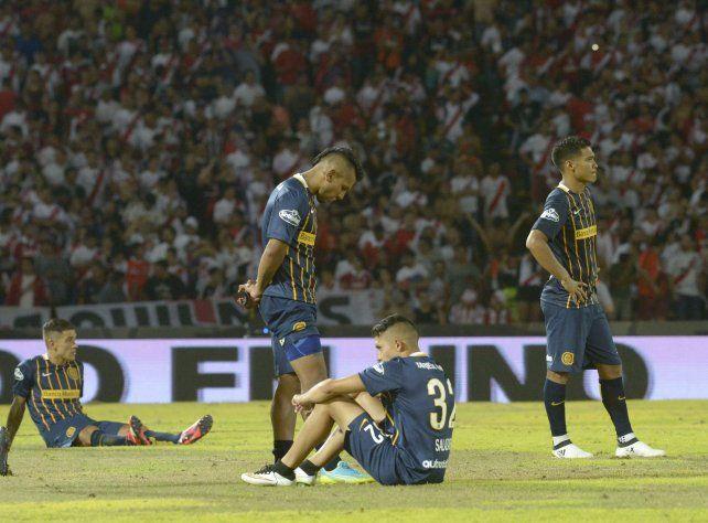 Los jugadores de Central no lo pueden creer. La gran oportunidad de ganar la Copa Argentina quedó trunca una vez más.