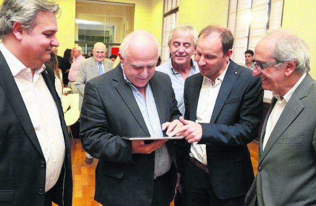 Chequeando. El gobernador estrenó ayer las Bases para la Reforma.