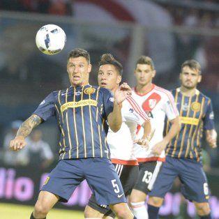 Musto rechaza el balón ante el acecho de Driusi y Alario.