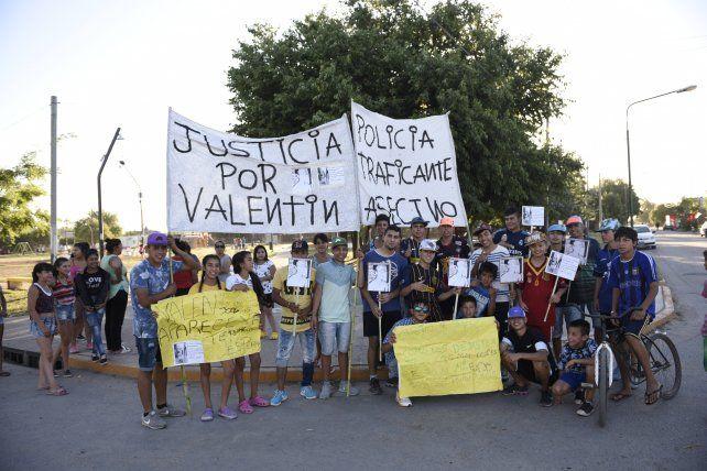 Pocos. Amigos y allegados a Valentín se movilizaron ayer en la plaza de Cabín 9